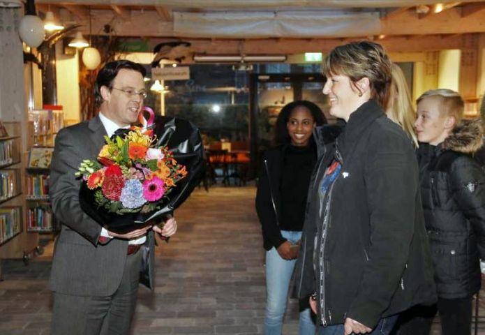 Burgemeester zet alerte inwoner in de bloemetjes