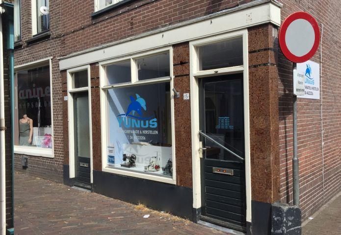 1-yunus-kledingreparatie-en-herstellen-winkel-buiten.jpg